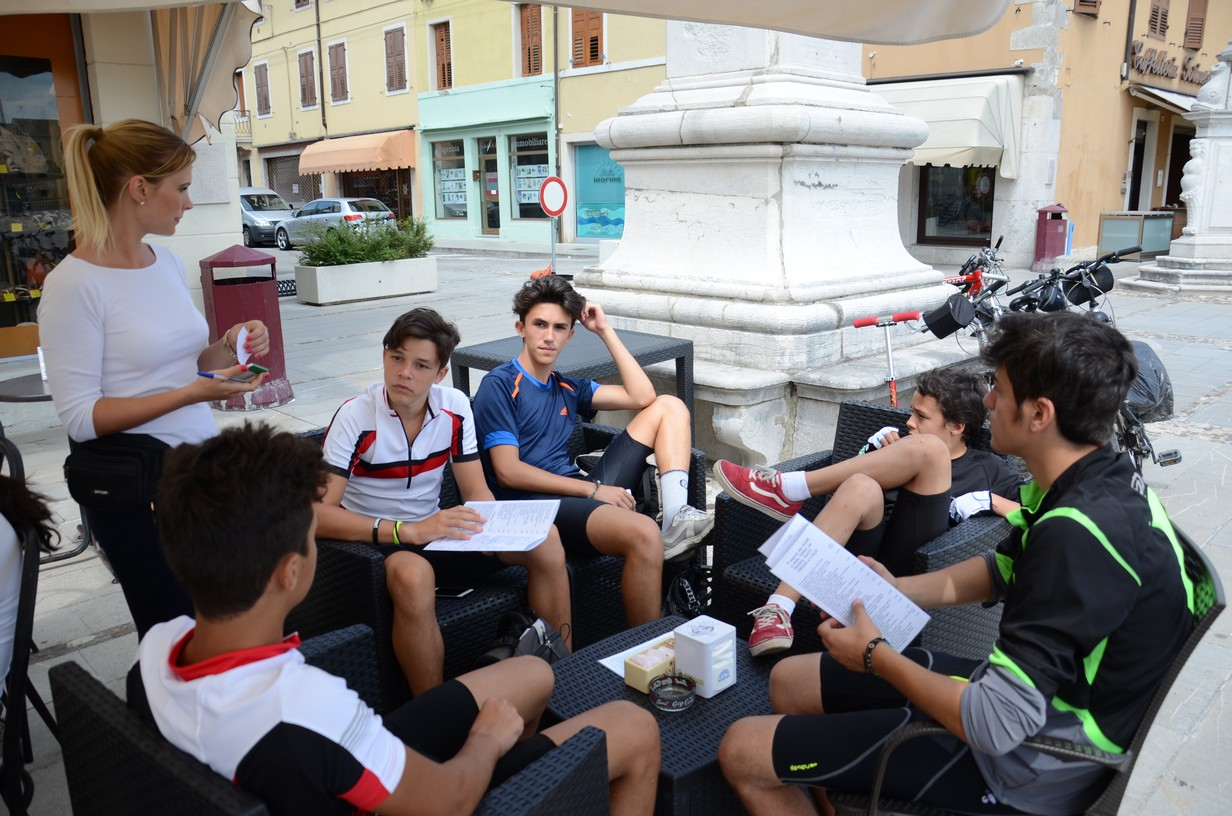 gruppo ragazzi nella piazza esagonale di palmanova