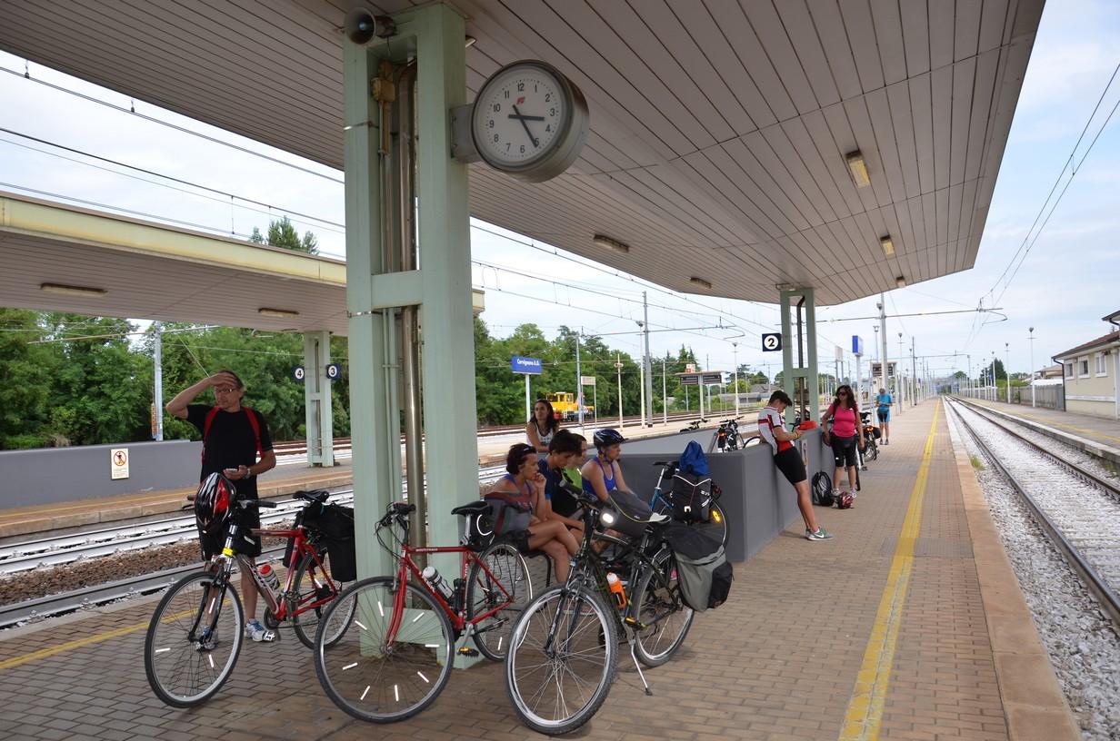 in attesa del treno a cervignano del friuli