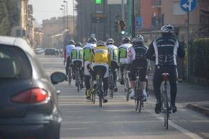 gruppo di ciclisti per strada