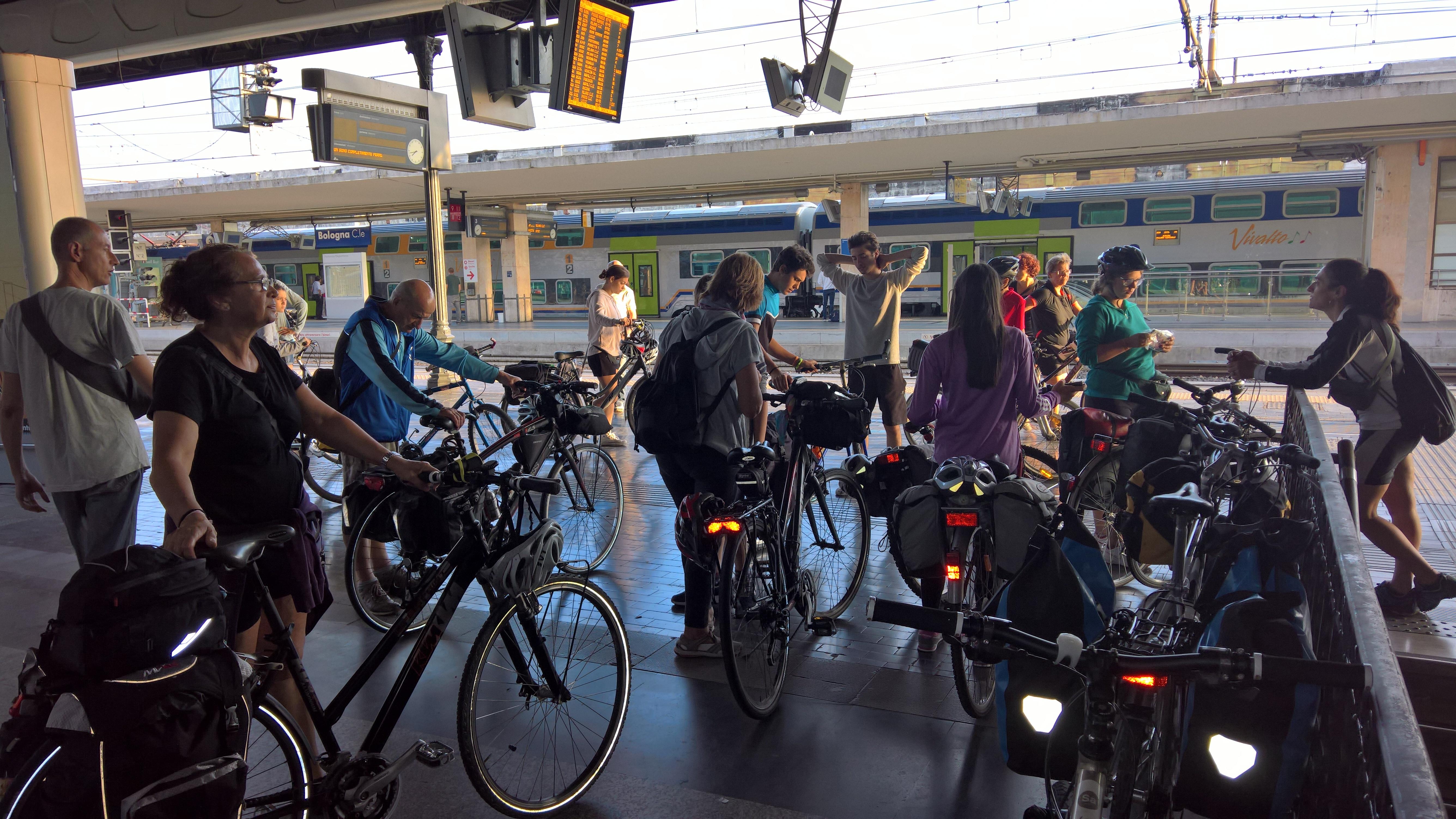 gruppo in stazione a bologna